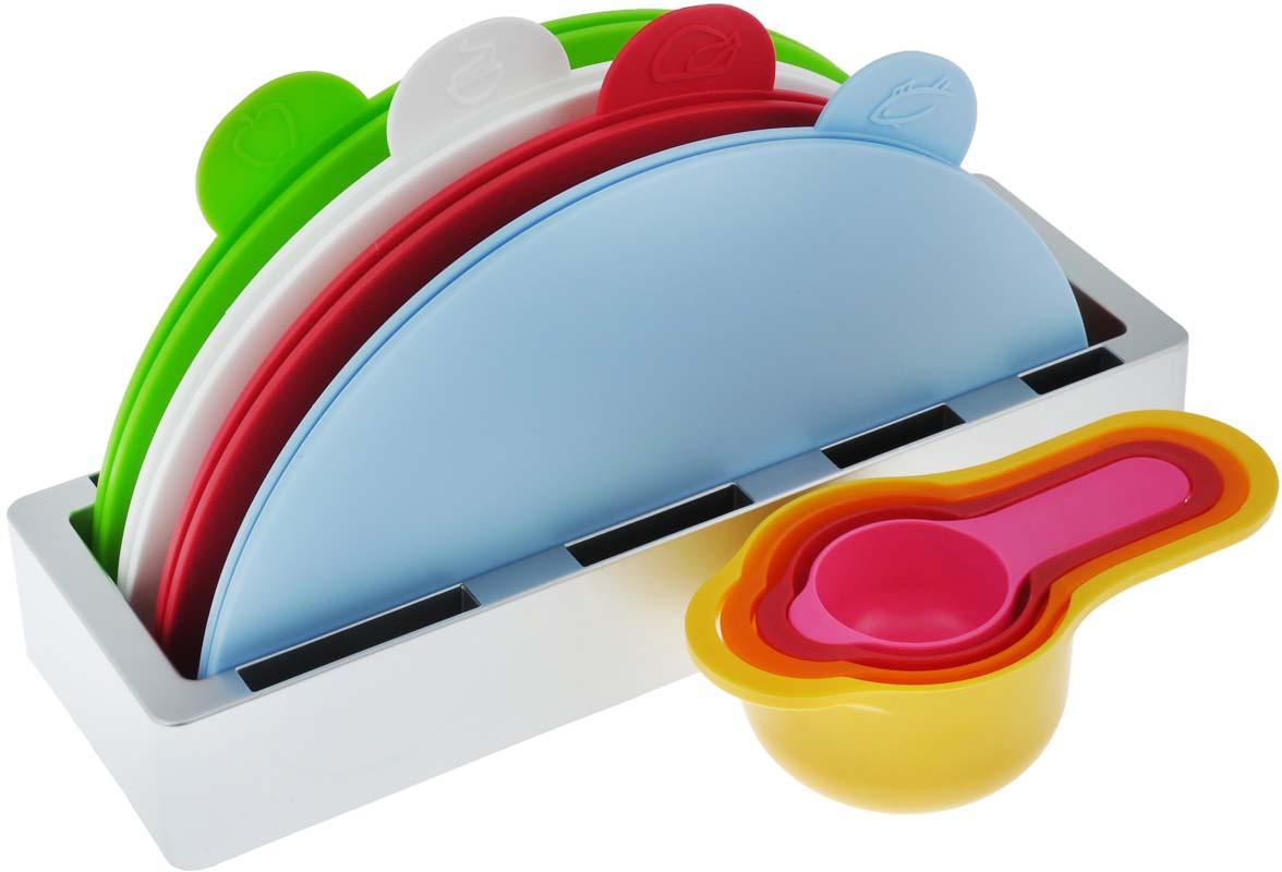 """Набор Bradex """"Восход"""", выполненный из пищевого пластика и металла, состоит из четырех  круглых раскладных разделочных досок, помещенных в подставку и четырех мерных емкостей.  Это делает набор не только многофункциональным, но и очень удобным для хранения на кухне.  Специальные ярлычки с изображением продуктов подскажут, для чего предназначена  доска: для овощей, для рыбы и морепродуктов или для мяса.  Каждой женщине хочется, чтобы на ее кухне все было аккуратно, компактно, функционально и  стильно. Набор Bradex """"Восход"""" удовлетворяет всем требованиям! Вы по достоинству оцените  яркий и эргономичный дизайн, функциональность и удобство.   Можно мыть в посудомоечной машине.  Диаметр доски: 28 см. Размер доски в сложенном виде: 14 см х 28 см. Размер подставки (ДхШхВ): 32 см х 11 см х 5 см. Объем емкостей: 60 мл; 85 мл; 125 мл; 250 мл."""