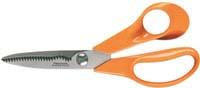 """Кухонные ножницы """"Fiskars"""" используются при работе с продуктами и открывании упаковок. Специально зазубренное лезвие хорошо удерживает материал. Натяжение лезвий регулируется с помощью болта. Эргономично разработанные ручки очень удобны для захвата.  Ручки ножниц выполненны из нетоксичной сверхпрочной пластмассы без содержания кадмия. Уникальный способ соединения ручек с лезвием гарантирует прочный спай между ними. Граненое лезвие для точного среза. Дизайн высококачественных нержавеющих стальных лезвий позволяет использовать режущую поверхность по всей длине лезвия. Оптимальная твердость лезвий 57 единиц по Роквеллу обеспечивает длительную остроту лезвий. Допускается мытье в посудомоечной машине и стерилизация в автоклаве при температуре не более 137 градусов. Характеристики: Общая длина ножниц: 18 см. Длина лезвия: 10 см. Материал: нержавеющая сталь, пластмасса. Производитель: Финляндия. Артикул: 859874.  Компания Fiskars была основана в 1649 году в маленькой финской деревушке Фискарс. Сегодня Fiskars является мировым лидером по производству ножниц, режущего и садового инструмента, и других товаров.  Знаменитые ножницы Fiskars с оранжевыми ручками стали символом обязательства конструировать и изготовлять товары, которые точны и легки в использовании. Оранжевый цвет - это цвет эргономичных ручек ножниц, впервые в мире произведенных в 1967 году. Этот дизайн был гораздо более удобен и предполагал большую точность в изготовлении, чем окрашенные металлические ручки, которые были в то время стандартом. Новые ножницы также имели инновационые лезвия, которые были исключительно легкими, к тому времени еще и надежными. Результатом стал беспрецедентный уровень комфорта, практичности и прочности."""