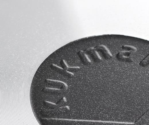 """Сковорода """"Kukmara"""" изготовлена из литого алюминия с экологически безопасным керамическим антипригарным покрытием """"Greblon"""".    Особенности сковороды """"Kukmara"""":  отлитая вручную толстостенная сковорода (не деформируется);  экологически безопасное керамическое покрытие без содержания PFOA и PTFE;  превосходные антипригарные свойства: пища не пригорает, быстро и легко готовится;  устойчивость к воздействию неострых металлических аксессуаров (ложки, лопатки);  высокая стойкость к истиранию;  высокая стойкость к возникновению царапин, трещин;  метод нанесения керамического покрытия - напыление, которое обеспечивает высокую надежность и долговечность покрытия;  высокая теплопроводность и эргономичность;  использование минимального количества масла;  глянцевая поверхность обладает высоким скольжением, легко моется;  проточка дна;  равномерное распределение тепла по всех поверхности сковороды;  экономия электроэнергии;  яркий дизайн;  удобная съемная ручка с покрытием soft-touch;  крышка из термостойкого стекла;  подходит для всех типов плит, кроме индукционных;  можно мыть в посудомоечной машине.    Сковорода """"Kukmara"""" позволит превратить обыкновенный процесс приготовления пищи в приятное и легкое занятие для любой хозяйки. Характеристики:   Материал: литой алюминий. Цвет: черный. Внутренний диаметр сковороды: 26 см. Диаметр диска сковороды: 21 см. Высота стенок сковороды: 7 см. Артикул: с266а."""