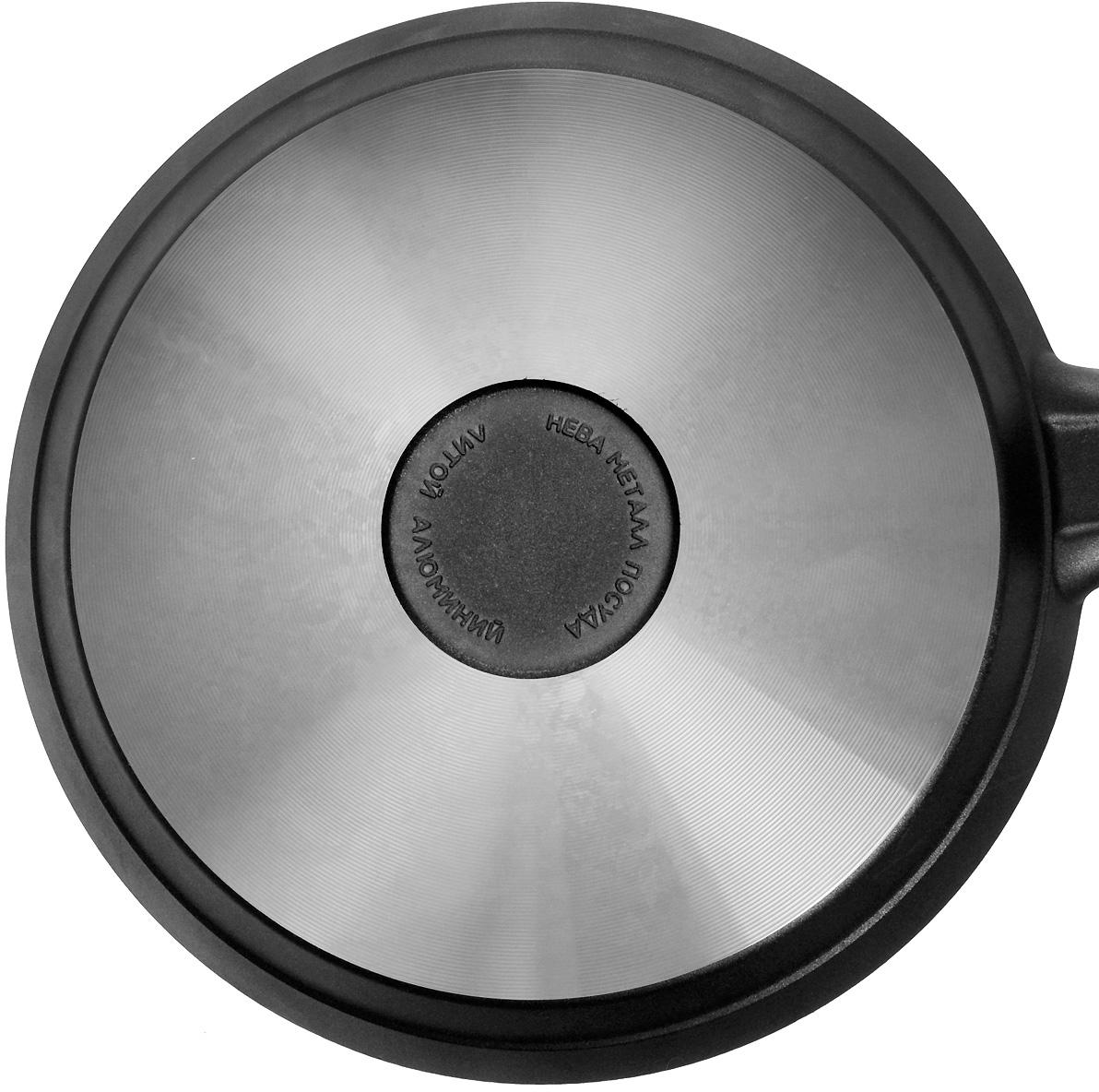 """Блинница """"Нева-металл"""" изготовлена из литого алюминия с антипригарным покрытием на водной основе. Антипригарное покрытие на водной основе относится к самому безопасному, четвертому классу по ГОСТу. Оно традиционно производится без использования PFOA (перфтороктановой кислоты).  Литой корпус блинницы выполнен из специального пищевого сплава алюминия с кремнием. Это обеспечивает исключительные термоаккумулирующие свойства посуды. Она равномерно прогревается и долго удерживает тепло, тем самым способствует сохранению вкусовых качеств и полезных свойств продуктов. Высококачественное антипригарное покрытие сковороды позволяет готовить практически без масла, пища не пригорает без перемешивания.Корпус, отлитый вручную, практически не подвержен деформации даже при сильном нагреве. Блинница оснащена эргономичной ручкой, выполненной из бакелита. Блинница подходит для использования на газовых, электрических и стеклокерамических плитах; ее можно мыть в посудомоечной машине. Внутренний диаметр блинницы: 20 см.  Высота стенок блинницы: 2 см.  Толщина стенок блинницы: 0,4 см.  Толщина дна блинницы: 0,6 см.  Диаметр диска блинницы: 17,8 см.  Длина ручки блинницы: 19,5 см.       Простой рецепт блинов на Масленицу – статья на OZON Гид."""