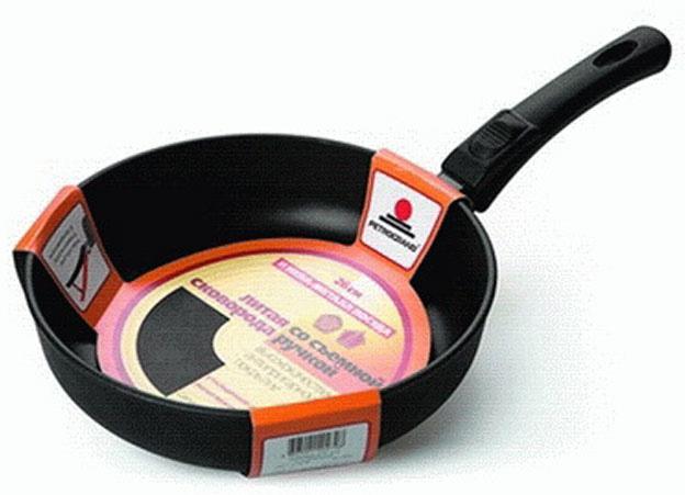 """Сковорода """"Традиционная"""" из серии литой алюминиевой посуды с антипригарным покрытием на водной основе. Антипригарное покрытие сделано на водной основе, относится к самому безопасному, четвертому классу по ГОСТу. Антипригарное покрытие традиционно производится БЕЗ использования PFOA (перфтороктановой кислоты). Равномерно нагревается за счет особой конструкции литого корпуса по принципу """"золотого сечения"""", толстых стенок (4 мм) и ещё более толстого дна (6 мм). Приготовленная еда получается особенно вкусной благодаря специфическим термоаккумулирующим свойствами пищевого сплава алюминия с кремнием. Корпус, отлитый вручную, практически не подвержен деформации даже при сильном нагреве. Для удобства имеется съемная ручка.   Посуда подходит для использования на газовых, электрических и стеклокерамических плитах; морозильной камере и духовом шкафу; ее можно мыть в посудомоечной машине. Характеристики:  Материал: алюминий. Диаметр сковороды: 22 см. Высота стенки: 5,5 см. Длина ручки: 20 см. Диаметр дна: 16 см. Толщина стенок: 4 мм. Толщина дна: 6 мм. Производитель: Россия. Размер упаковки: 42 см х 23 см х 5,5 см. Артикул: 6022."""