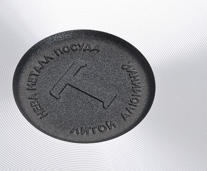 """Сковорода """"Особенная"""" изготовлена из литого алюминия с полимер-керамическим антипригарным покрытием повышенной износостойкости """"Титан"""". Вы можете пользоваться металлическими столовыми приборами, готовя в ней пищу. Четырехслойная система """"Титан"""" имеет исключительную прочность за счет ее особой структуры, способа нанесения, значительной толщины - около 100 микрон (для сравнения, толщина покрытия на посуде других производителей 21-40 микрон).    Четырехслойная полимер-керамическая антипригарная система """"Титан"""":  верхний слой на водной основе;  промежуточный слой на водной основе;  полимер-керамический слой;  твердая керамическая основа.    Антипригарное покрытие на водной основе относится к самому безопасному, четвертому классу по ГОСТу. Оно традиционно производится без использования PFOA (перфтороктановой кислоты).   Литой корпус сковороды сделан по принципу """"золотого сечения"""", с толстыми стенками и еще более толстым дном, из специального пищевого сплава алюминия с кремнием. Это обеспечивает исключительные термоаккумулирующие свойства посуды. Она равномерно прогревается и долго удерживает тепло. Создается эффект томления. Приготовленное блюдо получается особенно вкусным, а в продуктах сохраняется больше полезных веществ.  Корпус, отлитый вручную, практически не подвержен деформации даже при сильном нагреве. Сковорода оснащена эргономичной съемной ручкой, выполненной из бакелита.  Сковорода подходит для использования на газовых, электрических и стеклокерамических плитах, в духовом шкафу (без ручки); ее можно мыть в посудомоечной машине. Характеристики:   Материал: литой алюминий, бакелит. Внутренний диаметр сковороды: 28 см. Высота стенок сковороды: 7 см. Толщина стенок сковороды: 0,4 см. Толщина дна сковороды: 0,6 см. Диаметр диска сковороды: 22 см. Длина ручки сковороды: 19 см. Артикул: 9028."""