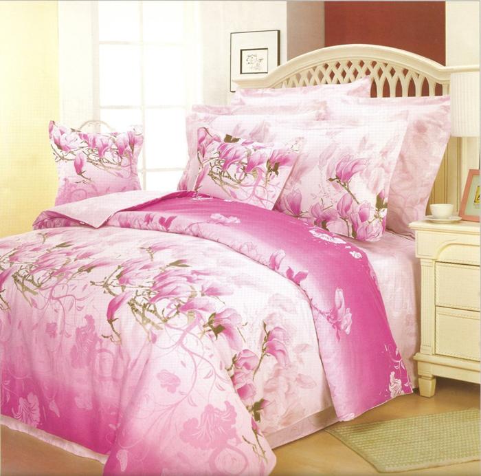 Комплект белья СайлиД Dimitra, семейный, наволочки 50x70, 70x70, цвет: белый, розовыйsail12875«Сайлид» - это известный бренд, который с 1996 года радует качественным постельным бельем и необычными дизайнами. Последние 10 лет фирма размещает все производственные мощности в Китае, чтобы снизить стоимость продукта для покупателей. «Сайлид» делает классическое хлопковое постельное белье из сатина и поплина, но не боится экспериментов и успешно продает коллекцию из тенсела – эвкалиптового волокна.Поплин – европейский аналог бязи. Это ткань самого простого полотняного плетения с чуть заметным рубчиком, который появляется из-за использования нитей разной толщины. Состоит из 100% натурального хлопка, поэтому хорошо удерживает тепло, впитывает влагу и позволяет телу дышать. На ощупь поплин мягче бязи, но грубее сатина. Благодаря использованию современных методов окраски, не линяет и его можно стирать при температуре до 40°C.