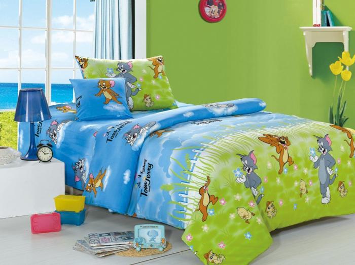 Комплект детского белья СайлиД Tom, 1,5-спальный, наволочки 40x40, 50x70, цвет: зеленый, голубойsail150636«Сайлид» - это известный бренд, который с 1996 года радует качественным постельным бельем и необычными дизайнами. Последние 10 лет фирма размещает все производственные мощности в Китае, чтобы снизить стоимость продукта для покупателей. «Сайлид» делает классическое хлопковое постельное белье из сатина и поплина, но не боится экспериментов и успешно продает коллекцию из тенсела – эвкалиптового волокна.Поплин – европейский аналог бязи. Это ткань самого простого полотняного плетения с чуть заметным рубчиком, который появляется из-за использования нитей разной толщины. Состоит из 100% натурального хлопка, поэтому хорошо удерживает тепло, впитывает влагу и позволяет телу дышать. На ощупь поплин мягче бязи, но грубее сатина. Благодаря использованию современных методов окраски, не линяет и его можно стирать при температуре до 40°C.