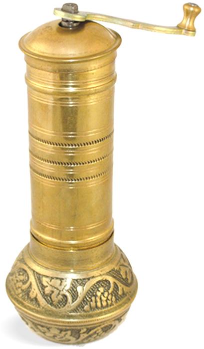 """Корпус ручной кофемолки TimA """"КС-02"""" выполнен из латуни, жернова кофемолки изготовлены из чугуна. Чтобы положить в такую мельницу зерна, необходимо снять ее куполообразную крышку, затем закрыть ее и, вращая ручку, можно приступить к перемалыванию кофе. Сняв ручку и освободив винт, расположенный посередине корпуса, можно отсоединить нижнюю часть, в которой находится полое пространство, куда попадают перемолотые частицы. Мельница отрегулирована таким образом, чтобы давать кофейный порошок очень тонкого помола. По средневосточной традиции кофе должен быть перемолот до состояния мельчайшей пудры. Поскольку степень измельчения зерен остается всегда одинаковой, качество напитка определяется в первую очередь составом смеси разных сортов кофе, отличающихся в том числе и по интенсивности поджаривания."""
