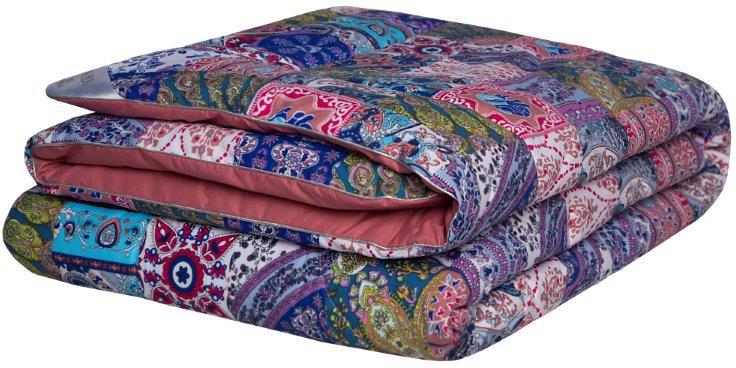 """Одеяло Mona Liza """"Persia"""" подарит комфорт во время сна. Чехол выполнен из тиковой ткани. Одна сторона одеяла украшена рисунком """"пэчворк"""". Другаясторона однотонная, выполнена из ткани-компаньона цвета """"пыльная роза"""". Одеяло дополнено декоративным кантом по контуру. В качестве наполнителя используется искусственный шелк. Состав наполнителя: 30% вискоза, 70% полиэстер. Плотность наполнителя: 300 г/м2."""