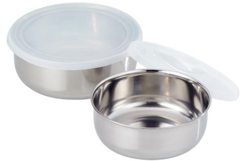 Набор GSW состоит из 2-х емкостей, выполненных из нержавеющей стали. Изделия снабжены пластиковыми крышками. Миски имеют разный размер, они могут использоваться для различных нужд на кухне: приготовления, хранения и сервировки. Плотно закрывающиеся крышки делают их также удобными для транспортировки еды. Набор можно мыть в посудомоечной машине и использовать для хранения пищи в холодильнике.