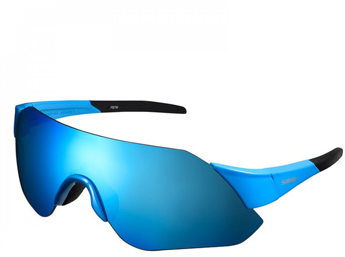 Оправа:  цвет голубой глянец.Линзы: цвет дымчато-синий MLC.Запасные линзы: цвет прозрачный бесцветный.ОПРАВА• Минималистичный дизайн оправы нацелен на обеспечение максимального облегчения, оптимальной посадки и широкого обзора.• Высококачественные линзы SHIMANO с двойным покрытием обеспечивают устойчивость к царапинам.• Легкий, прочный и долговечный материал Grilamid TR-90.• Формование с ЧПУ для высочайших точности, симметрии и качества.• Удобные регулируемые дужки.• Нетоксичные наконечники TPE двойного формования.ЛИНЗЫ• Конструкция с одинарными линзами для широкого угла обзора и защиты.• Прочные, жесткие и легкие поликарбонатные линзы.• Ультрафиолетовая защита UV400.• Гидрофобное покрытие повышает водоотталкивающие свойства и сохраняет линзы чистыми.• Специальная обработка против царапин.• Сменные линзы.УПАКОВКА• Дорожный футляр.• Мешочек для очков, подходящий также для протирки линз.