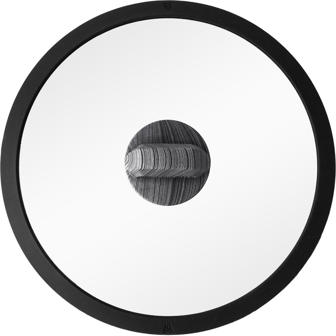 """Силиконовый обод обеспечивает плотное прилегание крышки и предохраняет бортики посуды от повреждений. Удобная ненагревающаяся ручка с покрытием """"Soft-touch"""", предотвращающим выскальзывание. Прочное закаленное стекло."""