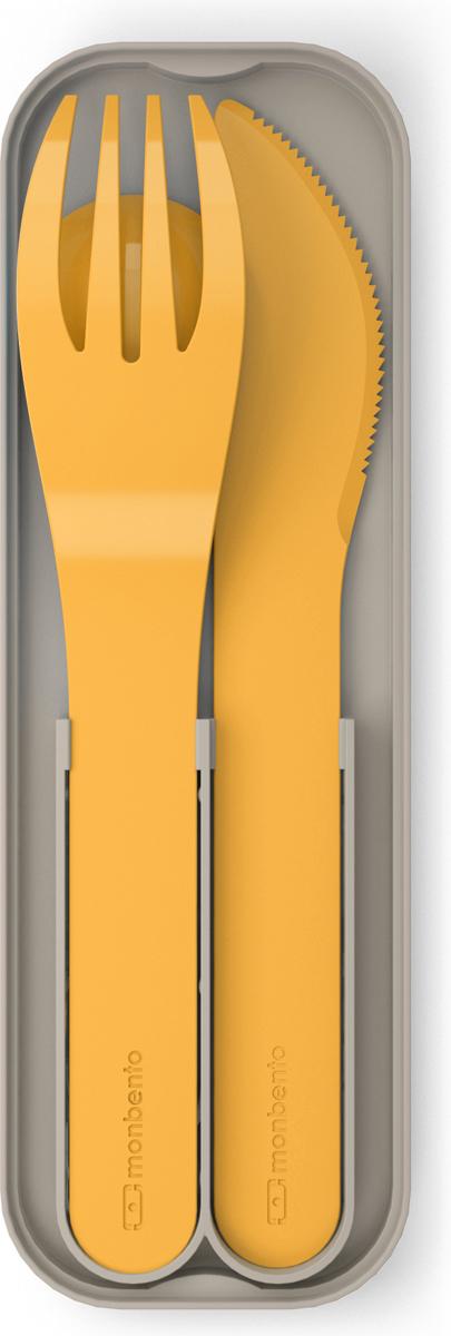 Компактные приборы в специальном футляре идеально подходят по размеру и крепятся к крышке ланч-бокса Monbento. В наборе все основные столовые приборы – ложка, вилка и нож. Возьмите комплект с собой в путешествие, в поход или на работу. С наборами Monbento просто и удобно обедать в любом месте!  Приборы изготовлены из PLA - 100% биоразлагаемого пластика, произведенного из растений. Используя эти приборы, вы помогаете заботиться о сохранности окружающей среды.  Кроме того, приборы изготовлены без примеси вредного для здоровья бисфенола-а.  При этом они очень прочные. Можно мыть в посудомоечной машине.