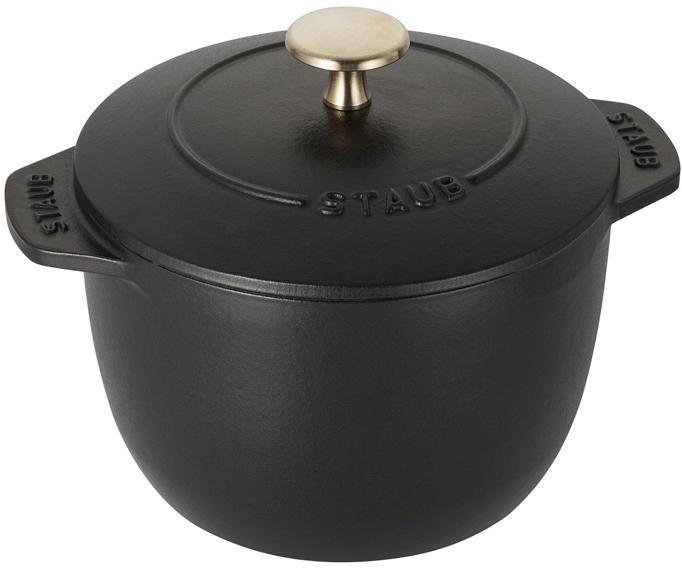 """Кокот """"Staub"""" для риса изготовлен из чугуна, покрытого эмалью снаружи и внутри. Подходит для использования на всех типах плит и в духовке. Перед первым использованием вымыть горячей водой, высушить на слабом огне, затем смазать растительным маслом изнутри. Погреть несколько минут на слабом огне и вытереть избыток масла. Мыть жидким моющим средством, без применения абразивных веществ и металлических губок. Пригоден для мытья в посудомоечной машине. При падении на твердую поверхность посуда может треснуть или разбиться. Металлические кухонные принадлежности могут повредить посуду. Чтобы не обжечься, пользуйтесь прихватками.Рекомендации по уходу за посудой:  - Промойте вашу посуду в теплой воде, дайте ей высохнуть. Смажьте внутреннюю поверхность кастрюли растительным маслом. Прогрейте ее в течение нескольких минут на медленном огне, а затем удалите остатки масла. Ваша посуда готова к использованию!  - Кастрюля должна нагреваться постепенно ( так как эмалированный чугун можно использовать на индукционных варочных поверхностях, ВАЖНО при предварительным нагревании использовать треть мощности плиты в течении 5-7 минут).  - Подберите величину конфорки соответствующей размеру дна вашей посуды.  - Используйте лопатки из силикона или дерева.  - Не заливать горячую кастрюлю холодной водой.  - Объем: 1,5 л."""