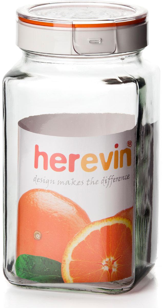 Банка для сыпучих продуктов Herevin квадратной формы изготовлена из прочного стекла. Благодаря плотно закрывающейся пластиковой крышке внутри сохраняется герметичность, и продукты дольше остаются свежими. Банка предназначена для хранения различных сыпучих продуктов: круп, чая, сахара, орехов и т.д. Функциональная и вместительная, такая банка станет незаменимым аксессуаром на любой кухне. Кроме того, банка выполнена в дизайне, который отлично впишется в любо интерьер.