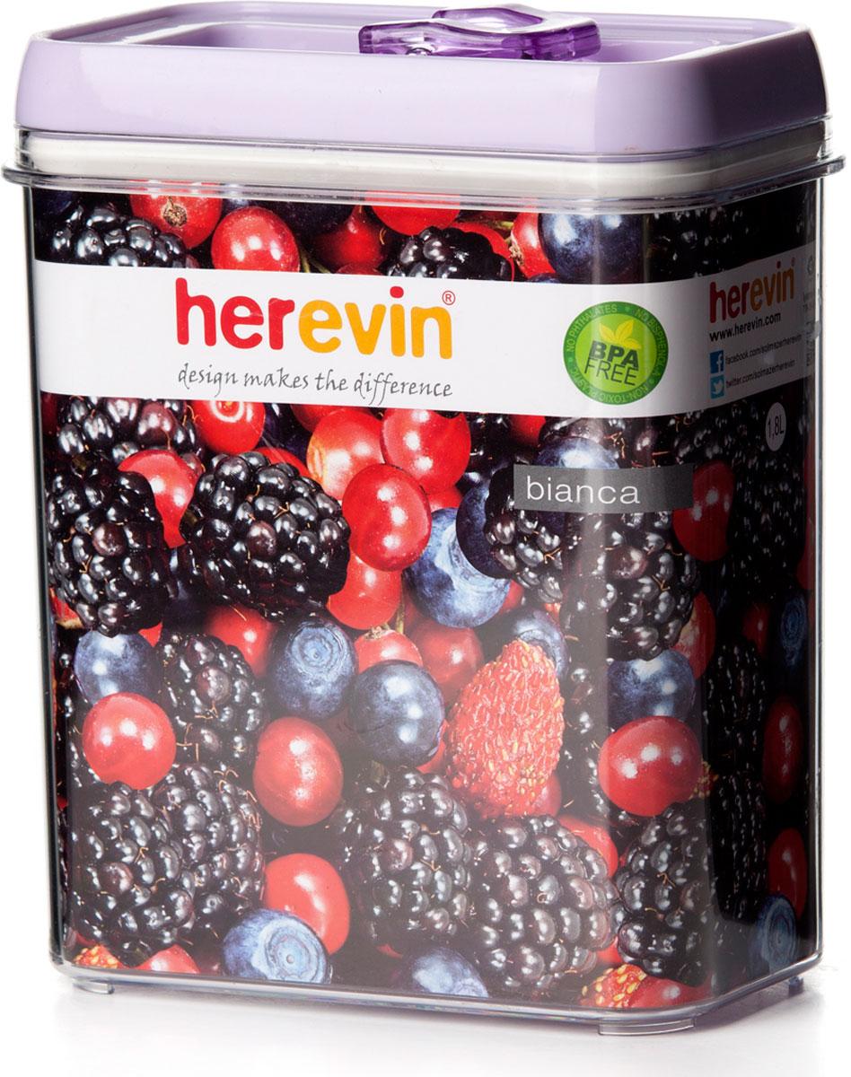 """Прямоугольный пищевой контейнер """"Herevin"""" изготовлен из высококачественного пищевого пластика. Контейнер безопасен для здоровья, не содержит BPA. Вакуумная крышка способствует большей герметичности, в связи с чем продукты дольше сохраняют свои свойства. Прозрачные стенки позволяют видеть содержимое."""
