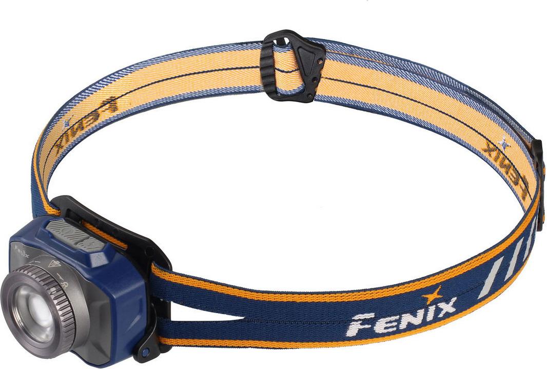 Fenix HL40R Cree XP-L HI V2: HL40R – фонарь, созданный для туристических нужд. Он подходит для использования в кемпинге, в пеших и горных походах, для поездок на пикники и на рыбалку. Основная особенность данной модели – это наличие фокусировочного кольца, которое изменяет угол луча. Пользователь на собственное усмотрение может выбрать четко сфокусированный дальнобойный луч с углом центрального пучка 13° и радиальной засветкой 52°, который подходит для исследования объектов вдали. Если же нужно комфортное освещение на ближнем расстоянии, то можно установить фокусировочное кольцо в положение максимально широкого луча. Угол засветки в этом случае составит 75°, а сама она будет равномерной. Фонарь HL40R работает с одним единственным светодиодом от бренда Cree. Эта модель называется XP-L HI V2. Она дает возможность использовать освещение яркостью до 600 люмен. Доступных пользователю режимов – 7. Производители решили разделить их на группы, чтобы найти нужный было легко. Однако самый яркий режим, который называется Турбо, остался за пределами групп. Его яркость равна 600 люмен. Фонарь освещает от 43 до 147 метров вокруг. Он может работать на одном заряде аккумулятора 1 час 20 минут. Однако в случае перегревания HL40R, его яркость может быть снижена на некоторое время, чтобы предотвратить поломку. Основная группа режимов включает в себя 4 уровня яркости: Максимальный дает 300 люмен света освещая дистанцию 29-96 метров. В этом режиме фонарь работает 4,5 часа. Средний дает 130 люмен света с дальностью луча 19-64 метра. Фонарь работает в этом режиме 11часов. Минимальный уровень яркости рассчитан на 70 люмен с радиусом освещения 14-46 метров. Заряда аккумулятора достаточно, чтобы фонарь работал 22 часа. Эко режим – это 30 люмен яркости с радиусом освещения 9-30 метров. Заряда аккумулятора хватает на 50 часов работы фонаря. Группа функциональных режимов включает в себя еще 2 варианта освещения: Режим чтения – это наименее яркий режим. Он дает 4 люмена света с дальностью луча 4