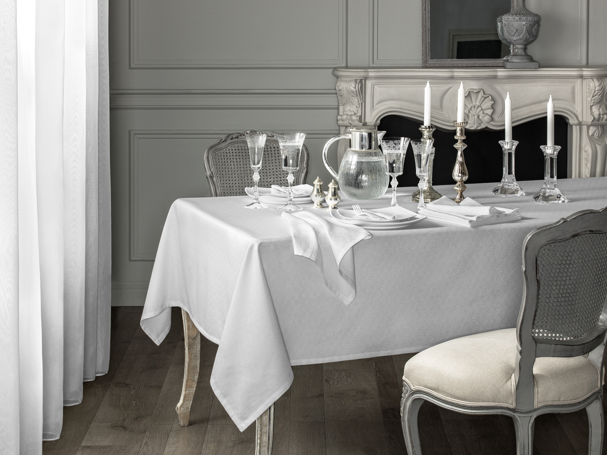 Жаккард – это ткань, имеющая красивый рельефный узор, образуемый в результате сложного переплетения нитей. Изысканное столовое белье из жаккарда с приятным на ощупь выпуклым фактурным рисунком сделает Ваше торжество особым, наполнит комнату праздничным духом.Жаккард - это роскошна ткань, родиной которой является Франция. Отличается изысканностью и фактурностью узоров, которые создаются благодаря особому сплетению нитей. Салфетки из жаккарда создают торжественную обстановку. Хлопковая ткань хорошо впитывает влагу, а плотность ткани послужит дополнительным преимуществом при очищении поверхности. Долговечны.