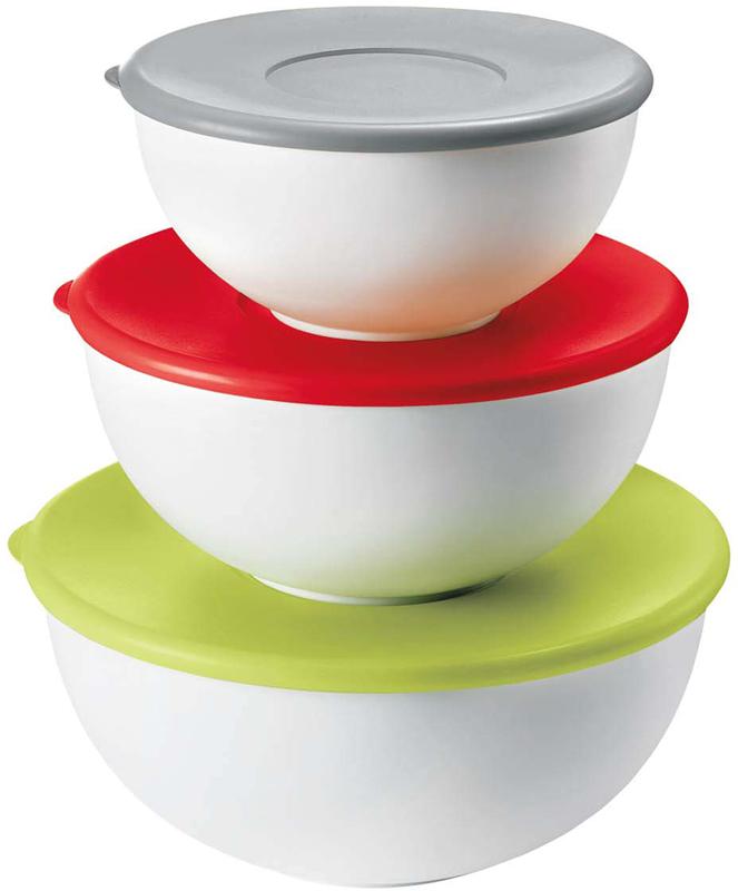 Салатницы Guzzini - это многофункциональные контейнеры: их можно хранить в холодильнике и использовать в микроволновой печи (предварительно сняв крышку), они не бьются и не разрушаются, безопасны для природы и человека, поскольку сделаны из перерабатываемых и сертифицированных материалов. Их легко мыть благодаря гладкой и полированной внутренней поверхности, а так же удобно открывать и закрывать за счет мягкой крышки. Говоря кратко, эти новые салатницы станут ценными помощницами на кухне, но и не только - вы можете использовать их в офисе или взять с собой на природу, чтобы насладиться вкусной и полезной пищей на свежем воздухе. Набор включает три белых салатницы с крышками серого, красного и зеленого цвета. Можно мыть в посудомоечной машине.