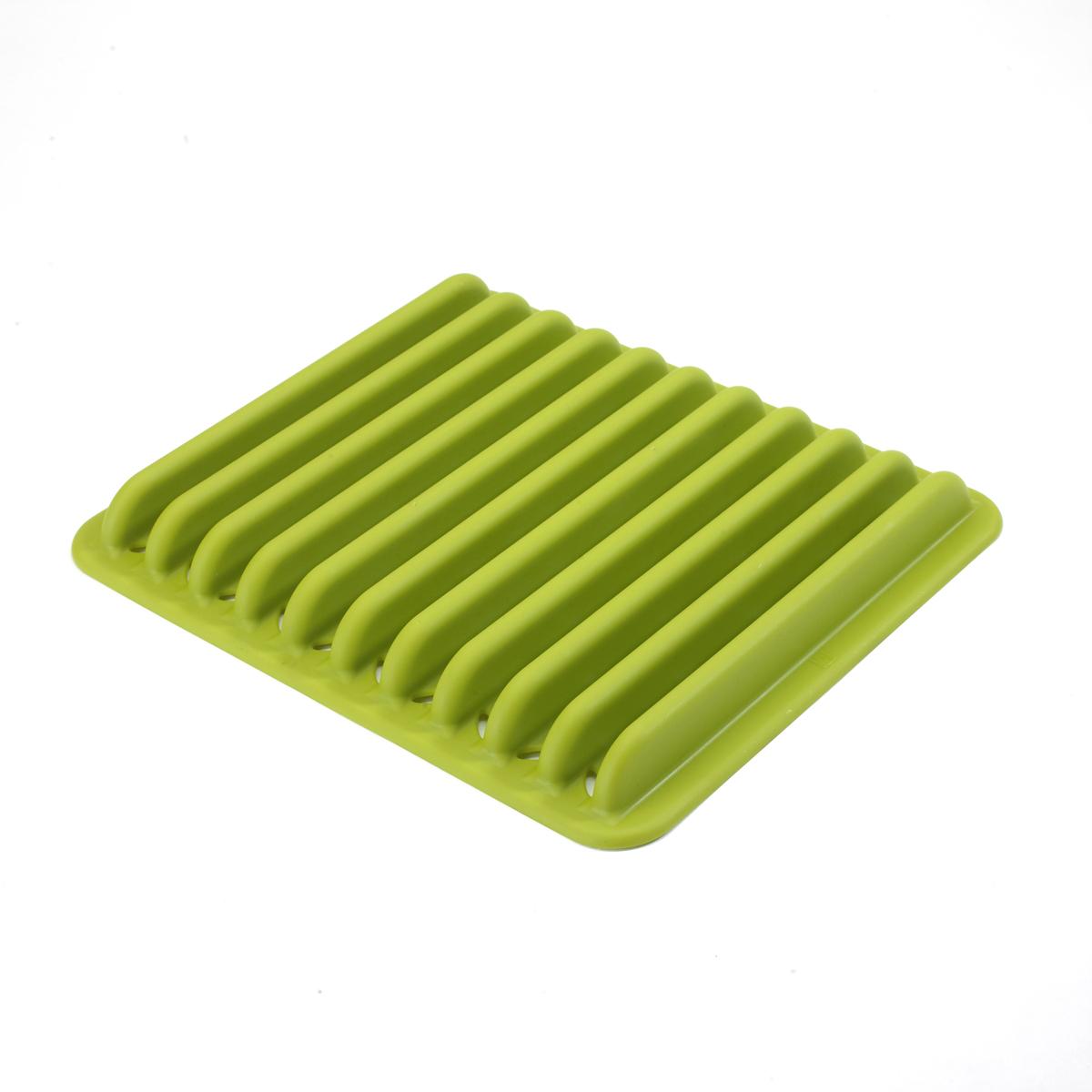 Сушилка из литого пластика, которая почти не занимает места при хранении. Высокие бортики выдержат даже большие тарелки из керамики. В основании предусмотрены отверстия для стока воды. Положите сушилку в раковину и сложите в неё вымытую посуду, она высохнет очень быстро, и для сушилки не придётся искать дополнительное место на кухонных поверхностях. Чисто, аккуратно и быстро. Дизайнер Mauricio Affonso