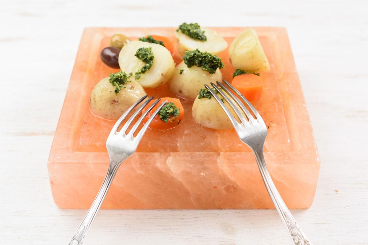"""Соляное блюдо из натуральной гималайской соли предназначено для изысканной подачи продуктов на стол. Подходит для подачи закусок, овощей, мяса, рыбы и др. Сервировать на таком блюде можно как холодные блюда, так и горячие.Гималайская соль - очень плотный материал и способен длительное время удерживать как тепло, так и холод. Перед подачей пищи в охлажденном виде соляное блюдо необходимо поместить в морозильную камеру не менее чем на 15 минут (во избежание получения изотермических ожогов рекомендуется доставать охлажденное блюдо в изотермических перчатках).После использования блюдо необходимо очистить от остатков пищи и протереть влажной хлопковой тканью. Моющие средства не применять!После очистки блюдо нужно высушить и убрать в сухое место. Хранить блюдо необходимо при относительной влажности не более 55%, т.к. Гималайская соль обладает способностью поглощать влагу из воздуха, что может привести к образованию трещин и """"солевого"""" налета на изделии."""