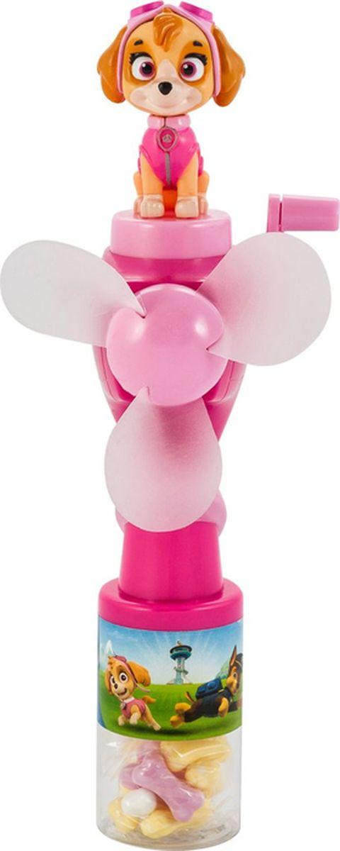 """Группа компаний """"Сладкая сказка"""" предлагает родителям порадовать своих малышей уникальным и классным подарком — брызгалкой и вентилятором одновременно. Такая игрушка приведет любого ребенка в восторг! Игрушка многофункциональна и воплощает сразу несколько идей для жаркого лета и веселых игр. Брызгалка. Вода заливается в откручивающийся прозрачный контейнер и распыляется при нажатии на специальный курок.  Вентилятор. Он приводится в движение при помощи крутящейся ручки и работает без батареек. Лопасти сделаны из мягкого материала, поэтому об них невозможно пораниться. Если ребенок одновременно с ручкой вентилятора нажимает на курок брызгалки – это развивает координацию движений и мелкую моторику рук. Игрушка. Вентилятор-брызгалка выпускается под лицензией """"Щенячий патруль"""" и сверху к каждой из них прикреплена фигурка щенка — персонажа мультфильма. Она легко отсоединяется и с ней можно играть отдельно. Вентилятор-брызгалка выпускается в двух цветах: синий — со щенком-полицейским Гонщиком и розовый — со щенком-авиатором Скай. В прозрачном контейнере, куда потом заливается вода, ребенок найдет конфеты-драже в виде желтых, белых и розовых косточек, упакованных в отдельный 12-граммовый пакетик. Подарите своему ребенку отличное настроение и любимых персонажей мультфильма!"""