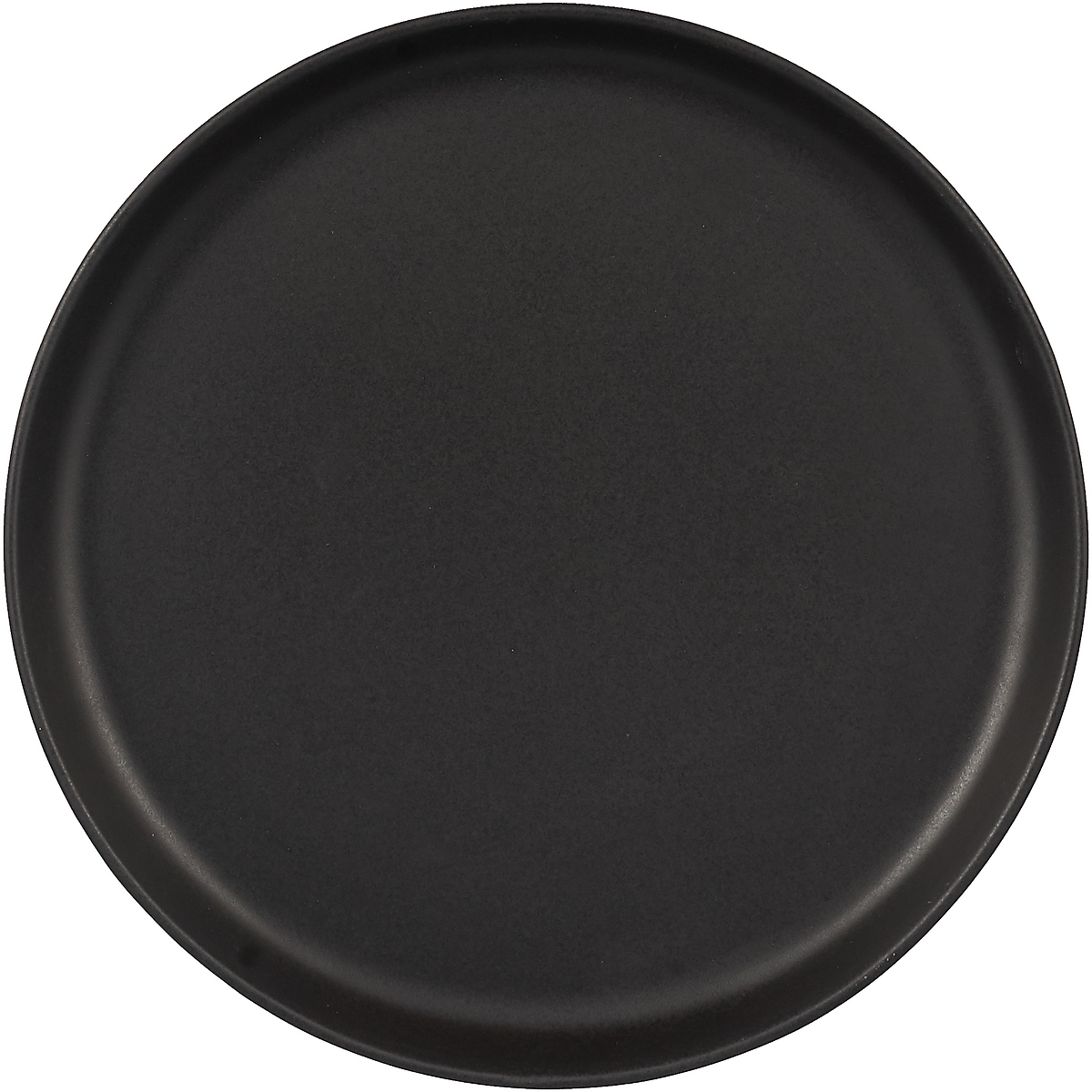 Минималистичный дизайн и высокая функциональность составляют суть скандинавского дизайна. Коллекция предметов сервировки Nordic kitchen воплотила все черты скандинавской эстетики. Простой выверенный дизайн черной каменной керамики в рустикальном скандинавском стиле.На тарелке с плоским дном и закруглёнными бортиками удобно сервировать основные блюда. Благодаря большому диаметру её легко использовать в качестве сервировочного блюда для подачи сыров, фруктов или тортов. Чёрное матовое покрытие подчёркивает яркие цвета соусов, фруктов, овощей и зелени. Тарелку можно использовать в духовке, морозильной камере, микроволновой печи и мыть в посудомоечной машине.