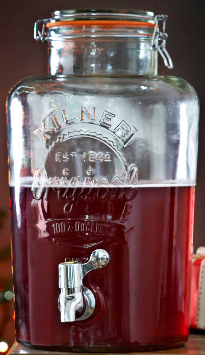 Диспенсер объемом 8 л незаменим для вечеринок дома или на открытом воздухе. Он отлично подойдет для сервировки любых освежающих напитков: сок, лимонад, фруктовая вода, пунш, лонг-айленд ти, мохито. Диспенсер выполнен из стекла и украшен большим логотипом бренда Kilner. Он оснащен краном из нержавеющей стали и удобной плотно закрывающейся крышкой. Диспенсер для холодных напитков особенно пригодится в жаркое время года. Не подходит для горячих напитков. Он упакован в красивую коробку и станет отличным подарком.  Особенности: - объем 8 л, - в емкость не рекомендуется наливать кипяток, - необходимо мыть вручную.