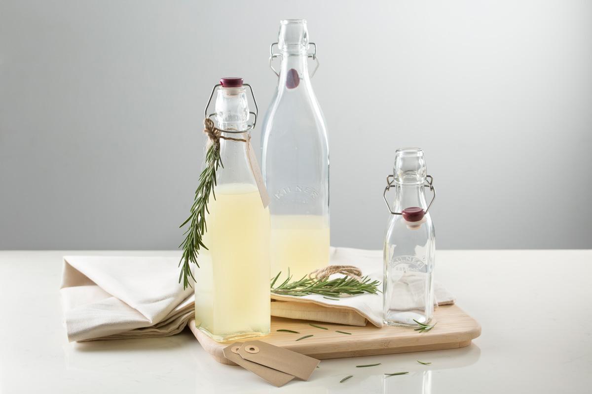 Квадратная бутылка выполнена из стекла и украшена логотипом бренда Kilner. Она оснащена защелкивающейся пластиковой пробкой, которая плотно прилегает к краям горлышка и не пропускает воздух. Бутылка прекрасно подойдет для хранения самых разных напитков, например, для соков, лимонадов, молока, а также масла и уксуса. Объем 1 л.