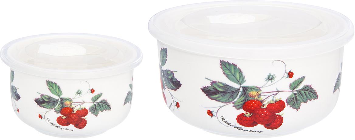 """Набор салатников с крышками """"Elan Gallery"""", цвет: """"Ягода - малина""""- прекрасный и функциональный набор посуды для сервировки и хранения продуктов. В набор входят салатники объемом 300 мл и 910 мл. Все салатники идут в комплекте с пластиковыми крышками, которые плотно прилегают к салатникам и имеют специальную выемку для удобного использования. Чтобы открыть салатник, поднимите круглую пробку на крышке и поднимите крышку. Чтобы крышка закрылась наиболее плотно, закройте салатник крышкой с поднятой пробкой, а затем опустите пробку - это позволит добиться наибольшей плотнисти и герметичности. Салатник без крышки можно использовать в качестве блюда для запекания - фарфор с легкостью выдерживает высокие температуры. Их можно использовать в микроволновой печи. Салатники компактно хранятся - все три легко помещаются друг в друга."""