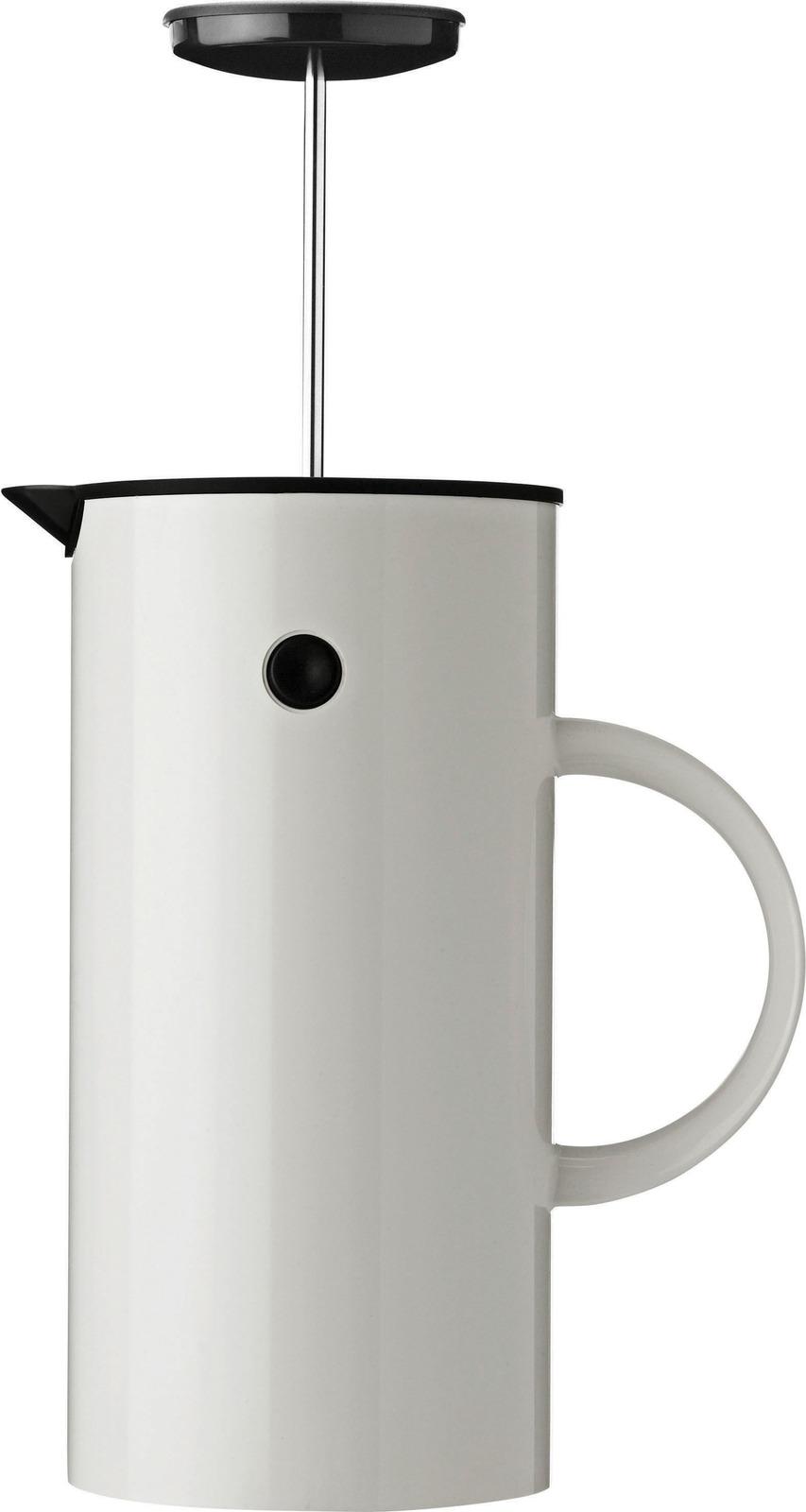 Объем 1 л. С помощью френч-пресса EM можно приготовить до 8 чашек кофе. Двойные стенки позволят кофе во френч-прессе оставаться горячим на протяжении длительного времени. Кофе для френч-пресса должен быть крупного помола, воду лучше использовать фильтрованную. Перед тем как начать заваривать кофе, френч-пресс нужно прогреть, чтобы не было резкого перепада температур и кофе заваривался равномерно: залить в него горячую воду, перемешать и вылить. После чего насыпать 17 граммов кофе, залить сначала 60 миллилитров воды, несколько раз перемешать и оставить на 30 секунд. Предварительно добавлять воду нужно для того, чтобы вкус раскрылся более полно. Затем добавить 200 миллилитров воды и засечь 5 минут 30 секунд. За это время сверху образуется корочка, которую можно снять: она придаёт дополнительную горечь. Перемешайте и продавите френч-прессом. Наливайте кофе  в прогретую чашку, чтобы избежать перепада температур.