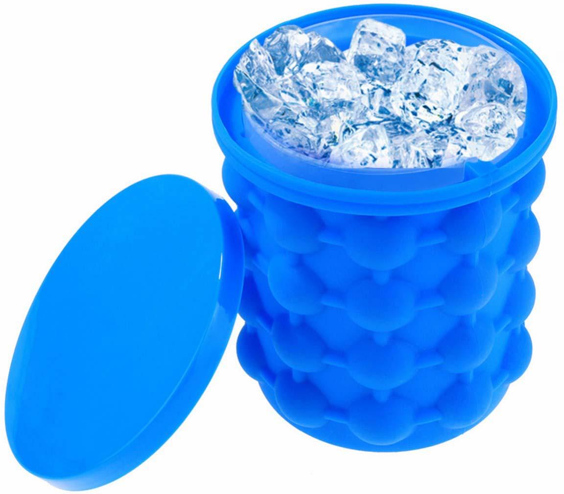 Двойной стакан с формами для заморозки льда в стенках. Придумал наверняка тот, кто очень любит коктейли! Фишка в том, что вы заливаете воду между стенками стаканов, закрываете крышкой и замораживаете. Достаете внутренний стакан, отставляете, а стенки внешнего силиконового стакана просто сжимаете и льдинки выпадают. Вы пересыпаете льдинки во внутренний стакан и снова замораживает лед в стенке внешнего. Общее количество 120 кубиков льда - это полный стакан и стенки. А еще в стакан с замороженными стенками можно ставить бутылки с напитками и они будут прохладными дольше. Удобно очень: при заморозке ничего не разливается и можно брать с собой. Размеры: 14*13*13 см; Вес: 326 г; Материал: силикон, ПВХ; Комплектация: ведерко, форма, крышка.