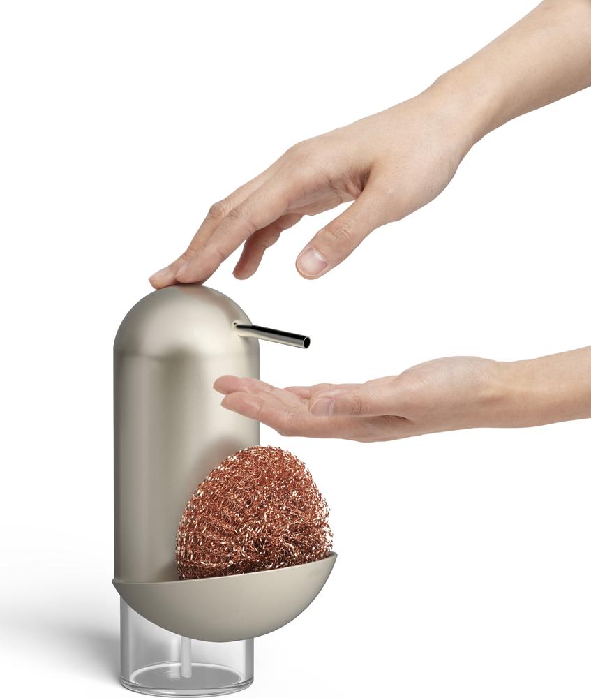 Функциональный предмет 2 в 1: диспенсер для жидкого мыла с органайзером для хранения губки. Благодаря органайзеру губка для посуды быстрее высыхает и никаких болезнетворных бактерий на вашей кухне! Объем диспенсера: 355 мл. Дизайн: Umbra Studio.