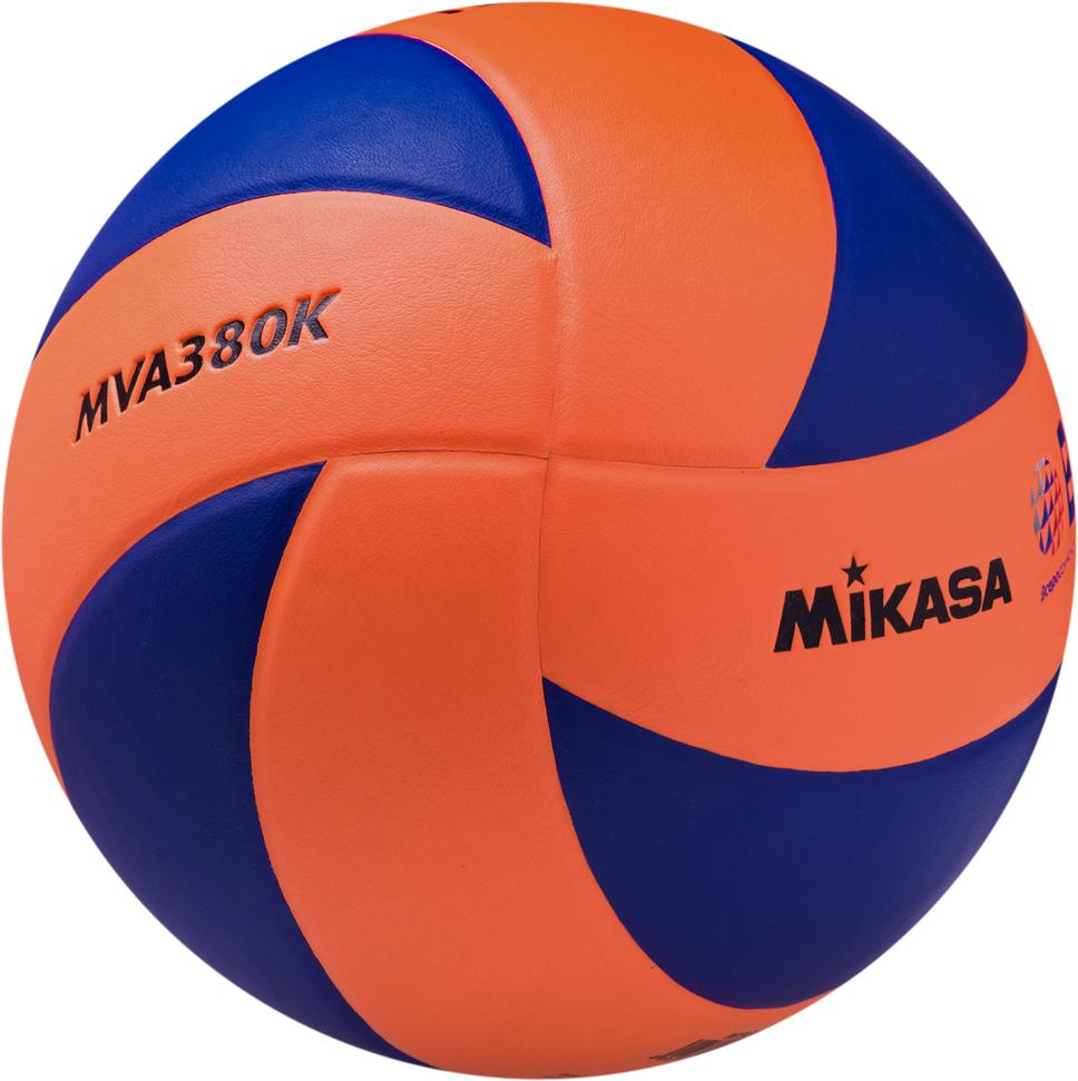 Мяч волейбольный Mikasa MVA 380K OBL Доступная широкому кругу любителей волейбола универсальная модель мяча. Износостойкая гладкая синтетическая кожа (поливинилхлорид), бутиловая камера, армированная нейлоновой нитью, 8 клееных панелей оранжевого и синего цвета в форме лепестка. Официальные параметры FIVB. Мяч имеет логотип ВФВ (Всероссийская федерация волейбола).
