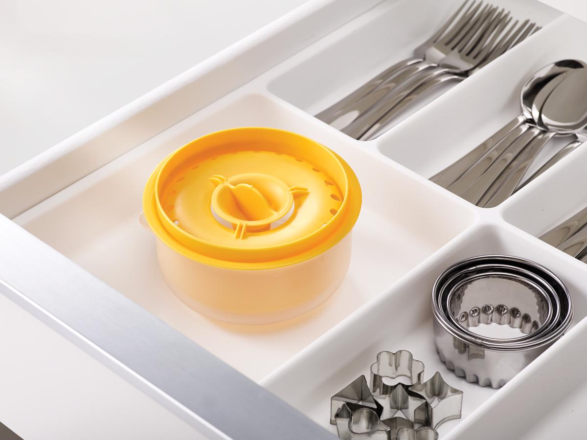 Иногда отделить белок от желтков бывает очень непросто. Чтобы упростить это занятие, дизайнеры Joseph Joseph придумали отделитель желтка, который вмещает до 6 желтков. В центре предусмотрен зубец для быстрого раскалывания яиц.  Особенности и преимущества: - контейнер для белка - носик для слива белка - компактное хранение - можно мыть в посудомоечной машине.