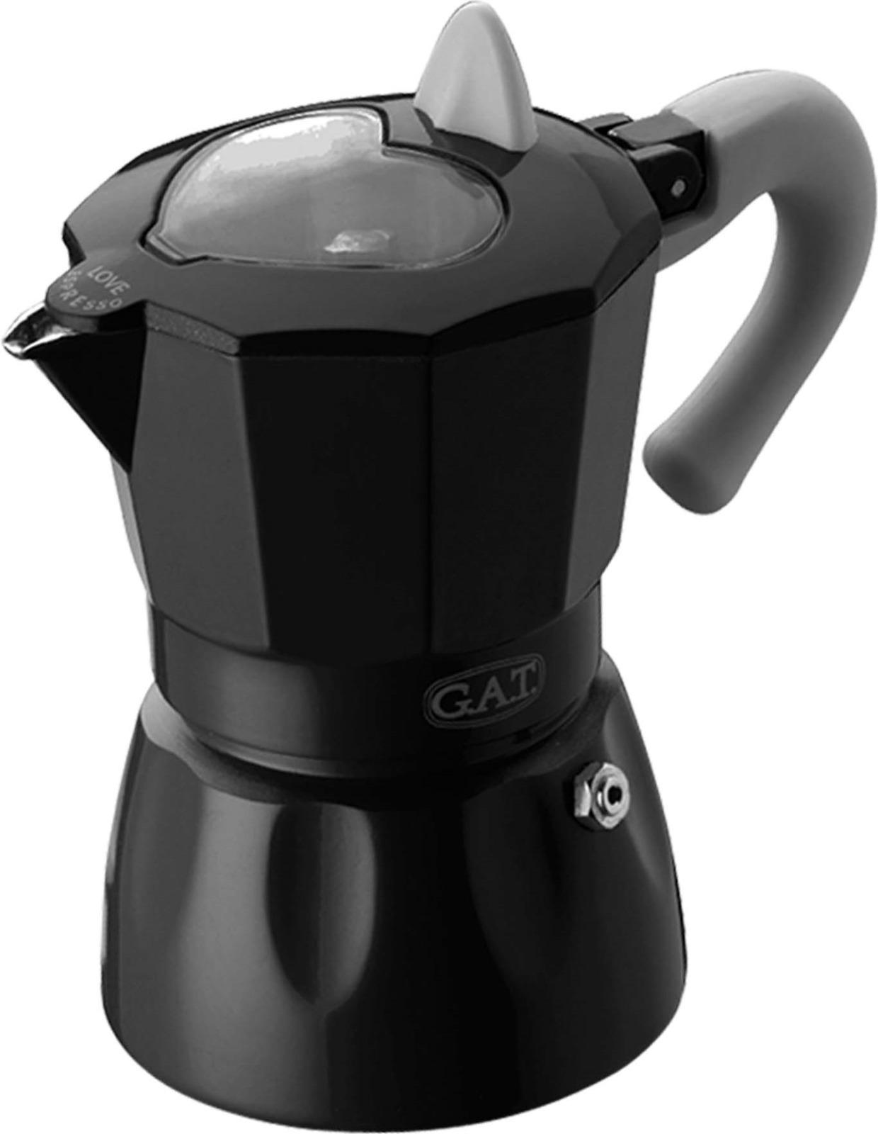Кофеварка гейзерная G.A.T. 103103 ROSSANA. Гейзерная кофеварка - это отличная возможность побаловать себя чашечкой великолепного ароматного кофе. Кофеварка рассчитана на 3 чашки. За считанные минуты прибор приготовит ваш любимый напиток и моментально наполнит кухню изумительным ароматом. Прочная алюминиевая основа придает кофеварке легкость и надежность, а стильный дизайн добавит кухонному интерьеру элегантности и особого шарма. Основные отличительные особенности кофеварок Rossana: удобный носик для наливания кофе; стильный ремень, соединяющий верхнюю и нижнюю части кофеварки; специальное внутреннее покрытие, обеспечивающее легкую очистку и обслуживание; прозрачное окошко в форме сердца на крышке, позволяющее наблюдать за процессом приготовления; ручка из термостойкого пластика.