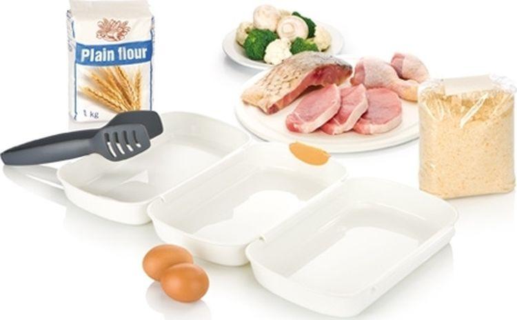 """Набор Tescoma """"Presto"""" предназначен для панирования мяса, рыбы, сыра, грибов и овощей в сухарях или тесте. Три блюда с противоскользящей поверхностью, которые соединены вместе, отлично подходят для погружения продуктов в муку, а затем покрытия их взбитым яйцом и панировочными сухарями. Щипцы из термостойкого нейлона. Поставляется с лезвием для легкого разбивания яиц. Подходит для холодильника, морозильной камеры, микроволновой печи и посудомоечной машины. В комплекте рецепты.  Размер блюд: 25,5 см х 17 см х 3,5 см. Длина щипцов: 23,5 см."""