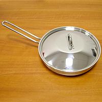 Сковорода НАУТИЛУС, 26 см68/5/4Каждая хозяйка оценит хорошую кухонную посуду, если еда с помощью нее готовится быстро и вкусно, а уход за ней минимален! Представляем сковороду НАУТИЛУС, которая имеет удобное инкапсулированное термическое дно Impact Disc Plus, которое было разработано для эффективной работы на индукционных, газовых, керамических плитах. Специальный материал сковороды позволяет лучше распределять тепло от плиты, значительно снижая потребление энергии и время готовки. Гарантия сковородки - 25 лет при правильной эксплуатации. Инструкция по эксплуатации прилагается. Португальская фабрикаSilampos была основана 1951, и уже более полувека выпускает кухонную посуду, используя последние достижения в области производства, привлекая лучших специалистов и дизайнеров. Посуда Silampos является лауреатом многочисленных Португальскихи Европейских конкурсов и по праву сохраняет лидирующие позиции на рынке кухонной посуды.Для ресторанов и отелей фабрикой была разработана специальная серия GRANDHOTEL. Посуда изготовлена из нержавеющей стали - это хорошо зарекомендовавший себя сплав хрома и никеля 18/10 и оснащена специальным алюминиевым диском - Impact Disk, разработанным с применением передовойтехнологии соединения диска с дном сковороды и защитной оболочкой из нержавеющей стали под высоким давлением. Использование алюминиевого жарораспределяющего дискапозволяет значительно сократить время приготовления пищи, а ресторану сэкономить самое дорогое - время клиента!Кухонная посуда Silampos удобна в применении и отличается современным дизайном. Сквозной профиль ручек позволяет более уверено держать посуду и переносить ее без прихваток. Посуду Silampos можно использовать на любой из существующих газовых и электрических плит, а также ее можно мыть в посудомоечных машинах.Компания Silampos, заботясь о своих покупателях, разработала и изготовила крышки таким образом, что они в процессе приготовления пищи плотно прилегают к верхней кромке изделия, а ручки при этом не нагреваютс