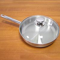 Сковорода РОЯЛ, 26 см2607ПСПоистинне королевская сковорода! Внешняя и внутренняя части сковороды - стальные. Сковорода имеет удобную крышку из термостекла, которая позволяет контролировать степень готовности пищи не открывая крышки. Компания Silampos, заботясь о своих покупателях, разработала и изготовила крышки таким образом, что они в процессе приготовления пищи плотно прилегают к верхней кромке изделия, а ручки при этом не нагреваются и остаются холодными. А сквозной профиль ручек самой сковороды позволяет более уверено держать посуду и переносить ее без прихваток. Но самое главное достоинство сковороды РОЯЛ - это термическое дно Impact Disc Plus, которое было разработано для эффективной работы на индукционных, газовых, керамических плитах. Специальный материал сковороды позволяет лучше распределять тепло от плиты, значительно снижая потребление энергии и время готовки. Гарантия сковородки - 25 лет при правильной эксплуатации. Инструкция по эксплуатации прилагается. Португальская фабрикаSilampos была основана 1951, и уже более полувека выпускает кухонную посуду, используя последние достижения в области производства, привлекая лучших специалистов и дизайнеров. Посуда Silampos является лауреатом многочисленных Португальскихи Европейских конкурсов и по праву сохраняет лидирующие позиции на рынке кухонной посуды.Для ресторанов и отелей фабрикой была разработана специальная серия GRANDHOTEL. Посуда изготовлена из нержавеющей стали - это хорошо зарекомендовавший себя сплав хрома и никеля 18/10 и оснащена специальным алюминиевым диском - Impact Disk, разработанным с применением передовойтехнологии соединения диска с дном сковороды и защитной оболочкой из нержавеющей стали под высоким давлением. Использование алюминиевого жарораспределяющего дискапозволяет значительно сократить время приготовления пищи, а ресторану сэкономить самое дорогое - время клиента!Мы уверены, что посуда Silampos станет вашим хорошим помощником на кухне и не будет доставлять Вам много хлопот!!! Ди