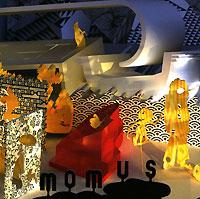 Momus (настоящее имя - Николас Карри) родился в Шотландии, детство провел в Канаде, но в результате стал не горцем, а чудовищным декадентом, эротоманом с манерами циничного денди. Одни названия песен, вроде