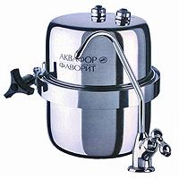 Водоочиститель многоступенчатый Аквафор Фаворит В 150BL505Водоочиститель для очистки питьевой водопроводной воды Аквафор Фаворит В 150незаменим в современной жизни. Безупречную очистку воды от растворимых примесейобеспечивает сменный модуль с градиентной пористостью, изготовленныйиз двух коаксинально расположенных карбоноблоков. Благодаря использованию хелатного ионообменного волокнистого сорбента Аквален, фильтр Аквафор Фаворит В 150 эффективно удаляет катионы тяжелых металлов даже из воды с повышенной жесткостью,а также полностью задерживает ржавчину. Отдельный кран для чистой воды делает использование фильтра очень удобным: просто откройте кран и наберите воду. Чистая вода доступна в любое время и в любом количестве. Водоочиститель свободно размещается в лбом удобном месте прямо под раковиной. Оригинальная гибкая подводка позволяет надежно и без труда подключить фильтр к водопроводу. До блеска отполированный корпус из пищевой нержавеющей стали не боится коррозии и механических повреждений, а также сохраняет герметичность при перепадах давления. Компания Аквафор создавалась как высокотехнологическая производственная фирма, охватывающая все стадии создания продукции от научных и конструкторских разработок до изготовления конечной продукции. Основное правило Аквафор - стабильно высокое качество продукции и высокие технологии, поэтому техническое обновление производства происходит каждые 3-4 года, для чего покупаются новые модели машин и аппаратов. Собственное производство уникальных сорбентов и постоянный контроль на всех этапах производства позволяют Аквафору выпускать высококачественный продукт, известность которого на рынке быстро растет. Ресурс фильтрующего модуля: 12000 л.Скорость фильтрации: 2,5 л/мин.