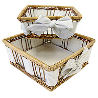 Набор корзинок для хлеба Modern Living, 2 штFA-5125 WhiteНабор корзинок для хлеба Modern Living изготовлен из лозы. Корзинки не требует особенного ухода: нужно всего-навсего регулярно смахивать пыль мягкой щеткой и раз в год предотвращать появление трещин, путем смачивания плетения водой с помощью губки. Для того, чтобы крошки не просыпались, на дно и боковые стенки корзинок приклеплена хлопчато-бумажная ткань. Корзинки очень практичны и легки, что очень удобно при уборке.В холодный зимний день приятная цветовая гамма корзинки в сочетании с оригинальным дизайном навевают воспоминания о лете, тем самым способствуя улучшению настроения и полноценному отдыху. Характеристики: Материал: лоза, хлопок. Размеры корзинок: 20 см х 20 см х 8 см, 17 см х 17 см х 8 см Изготовитель: Великобритания. Артикул: 1900510.