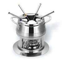 Набор для фондю Vitesse Morefa на 6 персон115510Набор для фондю Morefa, рассчитанный на 6 персон, выполнен из нержавеющей стали. В набор входят кастрюля для фондю, кольцо для вилочек, горелка с заслонкой, шесть вилок и подставка.Кастрюля, наполненная продуктами, будет постепенно нагреваться от горелки, и продукты будут растапливаться. Заслонка на горелку позволяет регулировать интенсивность пламени. Для удобства в обращении на кастрюлю надевается кольцо для вилочек.К набору прилагается небольшой буклет с рецептами фондю. Кастрюля для фондю подходит для газовых, электрических и стеклокерамических плит. Набор пригоден для мытья в посудомоечной машине.Обычай приглашать на фондю (от французского fondre - растапливать) пришел из Швейцарии. Зимой в занесенных снегом домах альпийские фермеры готовили из того, что было у них под рукой, в основном из подсохшего хлеба и сыра. В наши дни фондю имеет много вариантов, когда, кроме хлеба, подают кубики мяса, овощей или рыбы, а вместо сыра используют масло. Традиционно фондю устраивают вечером и приглашают небольшое количество гостей, которых рассаживают за столом, в центре которого располагается фондюшница, наполненная разогретым сыром, а рядом - кубики хлеба. Каждому гостю дают специальную вилку, на которую он накалывает хлеб и опускает его в растопленный сыр. После нескольких минут ваше блюдо готово. Характеристики: Диаметр кастрюли для фондю: 17 см. Высота кастрюли для фондю: 9,5 см. Объем кастрюли для фондю: 2 л. Диаметр подставки: 21,5 см. Высота подставки: 11 см. Длина вилки: 24 см. Материал:сталь.Артикул:VS-1864.Кухонная посуда марки Vitesseиз нержавеющей стали 18/10 предоставит Вам все необходимое для получения удовольствия от приготовления пищи и принесет радость от его результатов. Посуда Vitesse обладает выдающимися функциональными свойствами. Легкие в уходе кастрюли и сковородки имеют плотно закрывающиеся крышки, которые дают возможность готовить с малым количеством воды и экономией энергии, и идеально подходят для вс