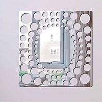 Декоративное зеркало Paristic Игра в БисерGWXF01188Добавьте оригинальность вашему интерьеру с помощью необычного фигурного зеркала.Необыкновенный всплеск эмоций в дизайнерском решении создаст утонченную и изысканную атмосферу не только спальни, гостиной или детской комнаты, но и даже офиса.Зеркало выполнено из гибкого органического стекла - более легкого и прочного материала по сравнению с обычным стеклом. Такое зеркало более устойчиво к повреждениям и обеспечивает максимальный визуальный эффект.Сегодня фигурные зеркала пользуются большой популярностью среди декораторов по всему миру, а на российском рынке товаров для декорирования интерьеров - являются новинкой.Замысловатые узоры и самые обычные фигуры - в зеркальном воплощении создают непредсказуемые отражающие эффекты.В коллекции Paristic - авторские работы от урбанистических зарисовок и узнаваемых парижских мотивов до природных и графических объектов. Идеи французских дизайнеров украсят любой интерьер. Paristic - это простой и оригинальный способ создать уникальную атмосферу как в современной гостиной и детской комнате, так и в офисе.В настоящее время производство стикеров Paristic ведется в России при строгом соблюдении качества продукции и по оригинальному французскому дизайну. Характеристики:Материал: гибкое органическое стекло. Размер зеркала:30 см х 30 см. Производитель: Франция.
