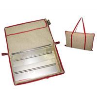 Сумка Eva для мангала391602Сумка Eva предназначена для переноски и хранения мангала. Также в сумке имеется отделение для хранения шампуров. Изготовлена сумка из натурального хлопка и льна. Сумка сделает необычайно удобным хранение и транспортировку вашего мангала! Характеристики: Материал: хлопок, лен, текстиль, металл. Размер сумки: 38 см х 62 см. Артикул:К24.