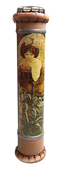 """Длина 26 см, диаметр 5,5 см. Ручная работа. Автор Дмитрий Берман. Изумительный калейдоскоп ручной работы, украшенный репродукциями """"Топаз"""" и """"Изумруд"""" из графической серии Альфонса Мухи """"Драгоценные камни"""" (1900), станет прекрасным подарком всем поклонникам стиля """"модерн"""" и особенным украшением домашнего интерьера! Вращайте калейдоскоп и наблюдайте игру красок и света! Элементы, образующие рисунок каждый раз слагаются по-новому, не повторяясь."""