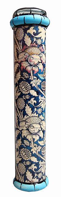 """Длина 26 см, диаметр 5,5 см. Ручная работа. Автор Дмитрий Берман. При создании калейдоскопа была использована репродукция орнамента Уильяма Морриса. Уильям Моррис - английский художник, дизайнер по ткани и мебели, оформитель книг, разработчик типографских шрифтов. В 1861 году основал фирму """"Morris, Marshall, Faulkner & Co"""", которая занималась любыми видами дизайна. Моррис и его единомышленники пытались вернуться к великолепию Средних веков и выпускали обои, ткани, витражи, шпалеры и мебель ручной работы. Уильяму принадлежит огромная роль в создании домашнего стиля, который теперь принято называть """"английским"""". Авторский калейдоскоп ручной работы - это универсальный и необычный подарок, который станет приятным сюрпризом к любому празднику и особенным украшением домашнего интерьера!"""