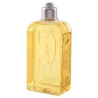 Шампунь LOccitane Вербена, для частого применения, 250 млFS-00897Шампунь LOccitane Вербена хорошо очищает волосы, не раздражая при этом кожу головы. Придает волосам мягкость, блеск и силу. Содержит органический экстракт вербены, эфирное масло лимона и настой из цветков липы. После использования волосы приобретают легкий цитрусовый аромат. Подходит для ежедневного использования. Характеристики:Объем: 250 мл. Производитель:Франция. Артикул: 152935. Loccitane (Л окситан) - натуральная косметика с юга Франции, основатель которой Оливье Боссан. Название Loccitane происходит от названия старинной провинции - Окситании. Это также подчеркивает идею кампании - сочетании традиций и компонентов из Средиземноморья в средствах по уходу за кожей и для дома. LOccitane использует для производства косметических средств натуральные продукты: лаванду, оливки, тростниковый сахар, мед, миндаль, экстракты винограда и белого чая, эфирные масла розы, апельсина, морская соль также идет в дело. Специалисты компании с особой тщательностью отбирают сырье. Учитывается множество факторов, от места и условий выращивания сырья до времени и технологии сборки. Товар сертифицирован.