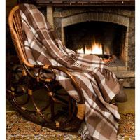 Плед шерстяной Терра, цвет: коричневый, 170 х 200 смU210DFПриятный на ощупь плед Терра добавит комнате уюта и согреет в прохладные дни. Плед выполнен из натуральной шерсти альпаки. Удобный размер этого очаровательного пледа позволит использовать его и как одеяло, и как покрывало для кресла или софы. Такое теплое украшение может стать отличным подарком друзьям и близким!Альпака - редкое животное, обитающее как и лама в Перу, на высокогорье Анд. По сей день шерсть этих животных называют божественное волокно. Живут альпаки на высоте 4000-5000 м в экстремальных климатических условиях. Там очень сильное солнечное излучение, дуют холодные ветра и наблюдаются резкие перепады температур от - 20 градусов в ночное время до + 15 - 18 градусов днем. Для выживания в таких условиях альпаки должны обладать особой шерстью: легкой, тонкой, мягкой и при этом настолько плотной, чтобы не пропускать воду. Изделия из шерсти альпаки обладают непревзойденным качеством. Во всем мире их относят к самым дорогим товарам. Для изготовления пледов шерсть альпаки смешивают с лучшей мериносовой (овечьей) шерстью. На изделиях из шерсти альпаки практически не образуются катышки, так как длинные волокна препятствуют сваливанию. Характеристики: Материал: 5% шерсть молодой альпаки, 55% шерсть альпаки, 40% овечья шерсть. Размер: 170 см х 200 см. Производитель: Россия. Артикул: ПА-170-2002.