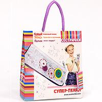 """С набором для творчества """"Супер-пенал"""" ваша малышка сможет почувствовать себя модным дизайнером и создать оригинальный пенал. В наборе есть все необходимое: пенал, нитки, иголка, бусины и пуговицы. В такой """"дизайнерский"""" пенал можно положить ручки, карандаши и фломастеры! Занятия с набором разовьют фантазию, воображение, цветовосприятие и мелкую моторику рук, помогут сформировать навыки самостоятельной работы и творческого отношения к делу."""