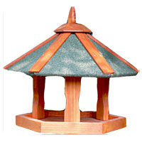 Кормушка для птиц Triol. BHW1018CLP446Кормушка для птиц, выполненная из дерева, представляет собой небольшой подвесной домик. Такая кормушка будет отлично смотреться в вашем саду. Уважаемые клиенты! Товар поставляется в разобранном виде. Характеристики:Материал: дерево. Размер кормушки: 47,5 см х 47,5 см х 36 см. Размер упаковки: 32 см х 40 см х 4 см. Производитель: Китай. Артикул:BHW1018.