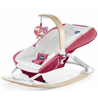 """Кресло-качалка Chicco """"I-Feel"""" - легкое и удобное кресло-качалка для детей с рождения до 6 месяцев. Кресло оснащено дугой со световой панелью, на которую крепится игрушка в виде маленькой симпатичной птички. Если потянуть за птичку, она начинает петь песенку. Сверхмягкое и удобно облегающее кресло имеет систему качания, которой можно пользоваться и одной рукой. Кресло-качалка имеет разъем для подключения MP3-плеера, что позволит ребенку слушать музыку и сказки, где бы вы с ним не находились. Игрушка привлечет внимание малыша и поможет развить зрительное, звуковое и тактильное восприятия и мелкую моторику рук ребенка. В таком кресле-качалке вашему малышу будет максимально комфортно и безопасно."""