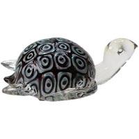 Декоративная фигурка из стекла ЧерепахаV4051/5Декоративная фигурка, выполненная в виде черепахи, станет оригинальным украшением интерьера. Вы можете поставить фигурку в любом месте, где она будет удачно смотреться, и радовать глаз. Кроме того, декоративная фигурка - отличный вариант подарка для ваших близких и друзей. Характеристики:Материал:стекло.Размер фигурки:12 см х 11 см х 6 см. Размер упаковки: 14 см х 13 см х 7,5 см.Производитель:Китай.Артикул:Ф21-1539.